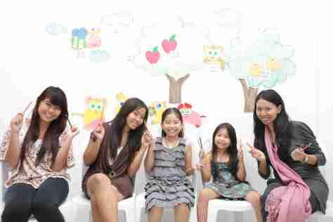 Kebersamaan antara guru dan murid di Language Assistance